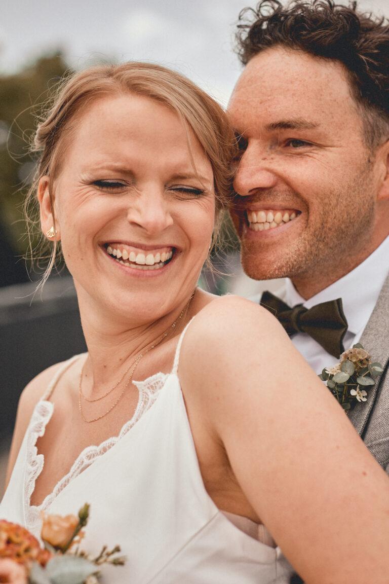 Glückliches Brautpaar beim Shooting
